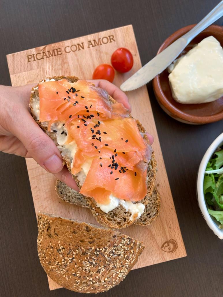 tostada de pan con stracchino y salmón   la Clandestina