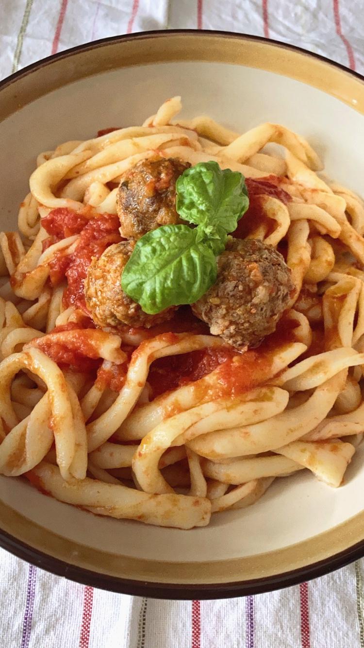 Pasta con albondigas italianas